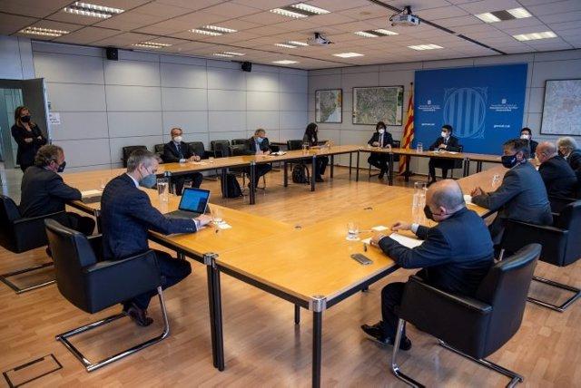 Moment de la reunió entre el vicepresident Puigneró i els impulsors del manifest.