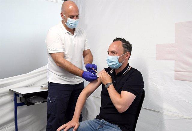 Espot rep la primera dosi de la vacuna contra la covid-19.