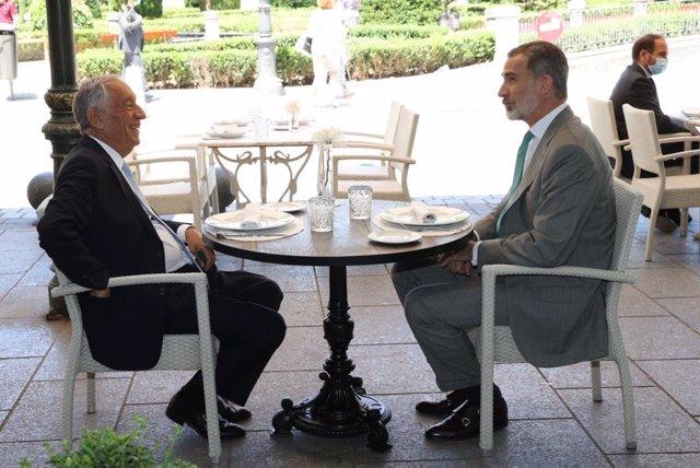 El Rey Felipe VI y el presidente de la República de Portugal, Marcelo Rebelo de Sousa, almuerzan en una terraza de la Plaza de Oriente de Madrid.