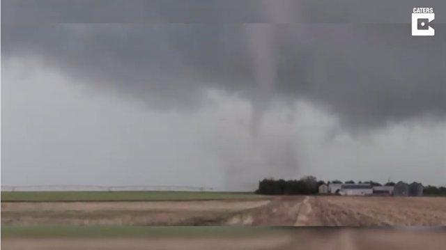 Un tornado causa el caos en una pequeña ciudad de Kansas