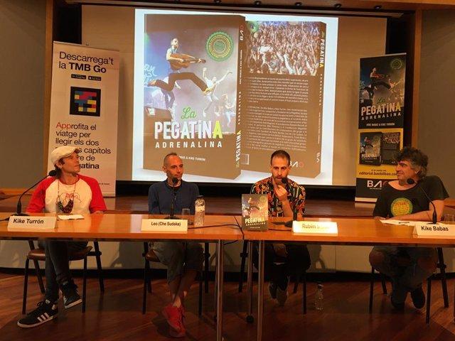 Presentació del llibre 'La Pegatina. Adrenalina' amb els seus autors, Kike Babas i Kike Turrón, i el fundador de La Pegatina, Rubén Sierra.