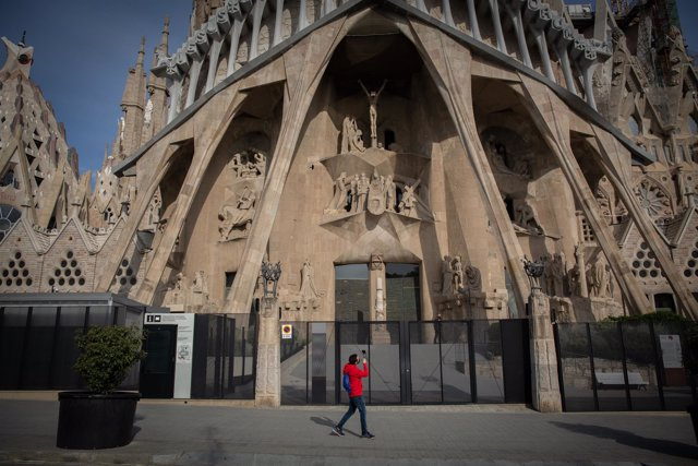 Archivo - Arxiu - Un home passa per davant de la Sagrada Família.