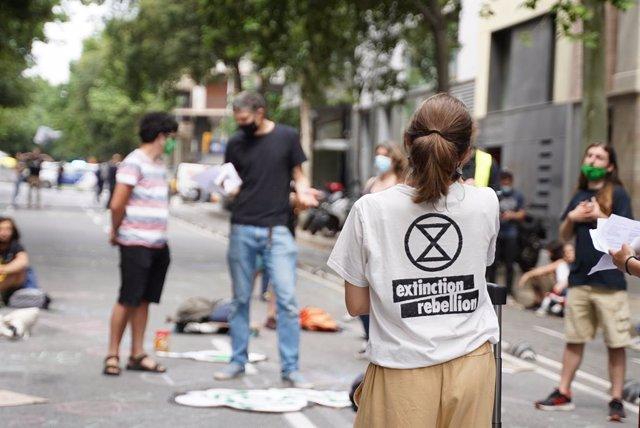 Activistes del moviment ecologista Extinction Rebellion protesten davant la seu de la Direcció general de Polítiques Ambientals i Mitjà Natural de la Generalitat, en la qual aquest divendres 4 de juny s'han encadenat una desena de manifestants.