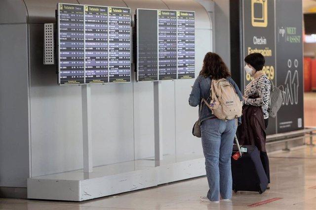 Dos pasajeras en la terminal T4 del Aeropuerto Adolfo Suárez - Madrid Barajas, a 24 de mayo de 2021, en Madrid, (España).