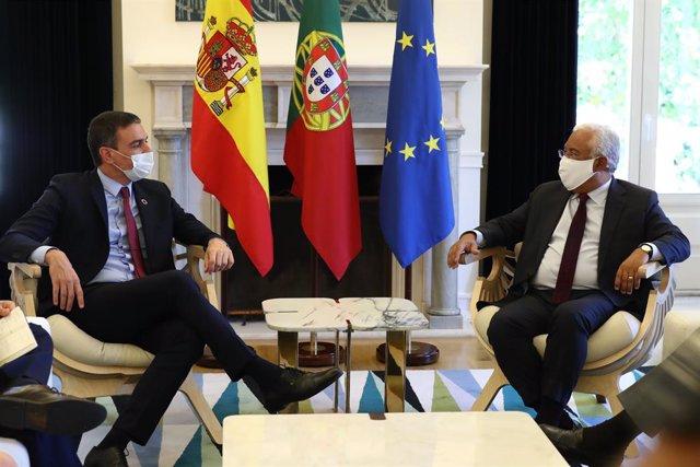 Archivo - El presidente del Gobierno, Pedro Sánchez (i); y el primer ministro de Portugal, António Costa (d), mantienen un encuentro con en el Palacio de São Bento, en Lisboa (Portugal), a 6 de julio de 2020.