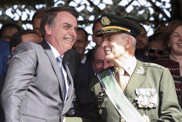 Archivo - El presidente de Brasil, Jair Bolsonaro y el general del Ejército y jefe del Gabinete de la Presidencia, Luiz Eduardo Ramos.