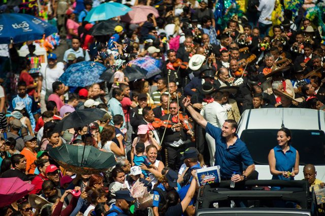 Archivo - 01 August 2019, El Salvador, San Salvador: San Salvador's mayor Ernesto Muyshondt and his wife take part in a parade celebrating the 2019 Festivities of San Salvador. Photo: Camilo Freedman/ZUMA Wire/dpa