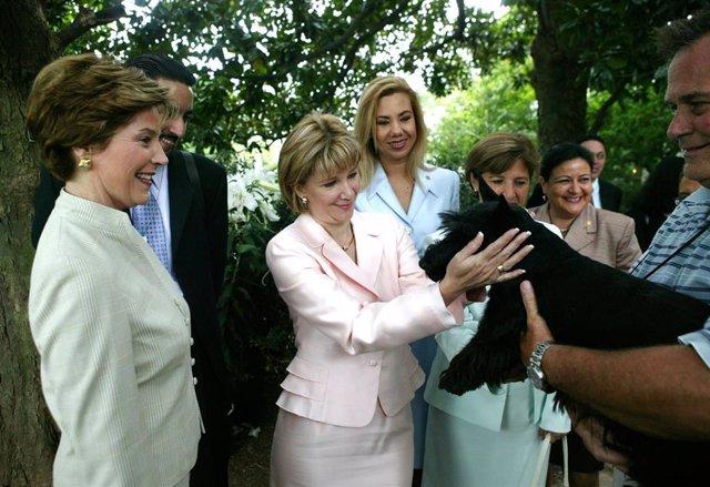 Archivo - La primera dama de Estados Unidos, Laura Bush, junto con su homóloga salvadoreña, Ana Ligia Mixco, durante una visita a la Casa Blanca, en julio de 2004