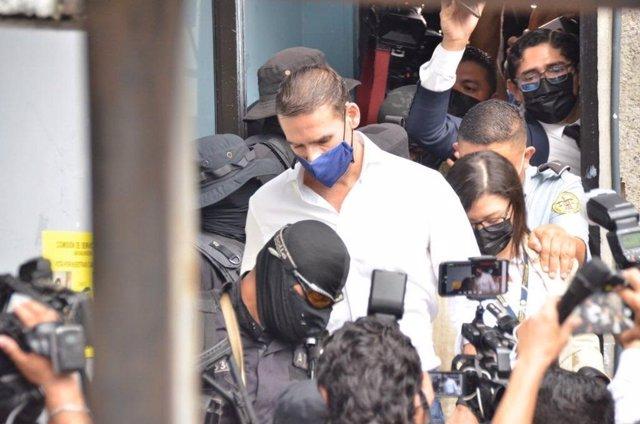 El exalcalde de San Salvador y reciente asesor de la OEA Ernesto Muyshondt escoltado por la Policía.