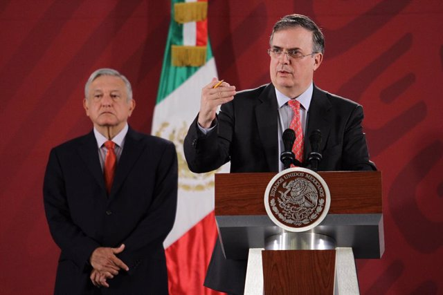 Archivo - 11 November 2019, Mexico, Mexico City: Marcelo Ebrard (R), Mexican Foreign Minister, speaks during a press conference alongside Mexican President Andres Manuel Lopez Obrador. One day after his resignation as President of Bolivia, Evo Morales ask