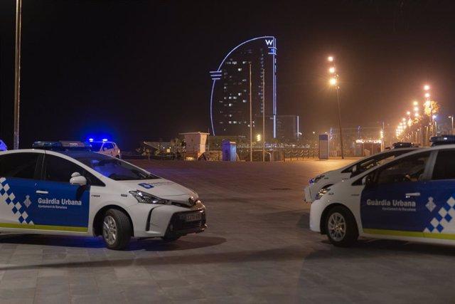 Dos cotxes de la Policia a la platja de la Barceloneta