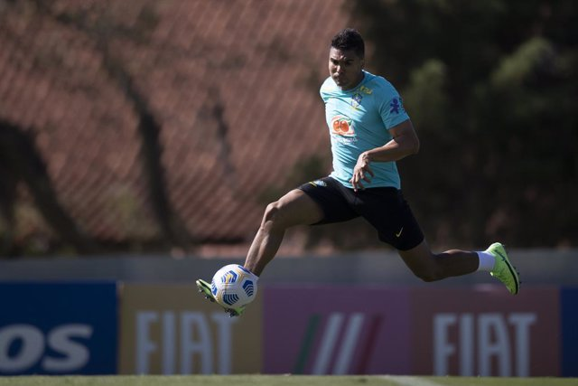 HANDOUT - 02 June 2021, Brazil, Teresopolis: Brazil's Casemiro takes part in a training session for Brazil National Soccer Team at the Granja Comary Sports Complex as part of their preparation for the upcoming 2021 Copa America. Photo: Lucas Figueiredo/CB