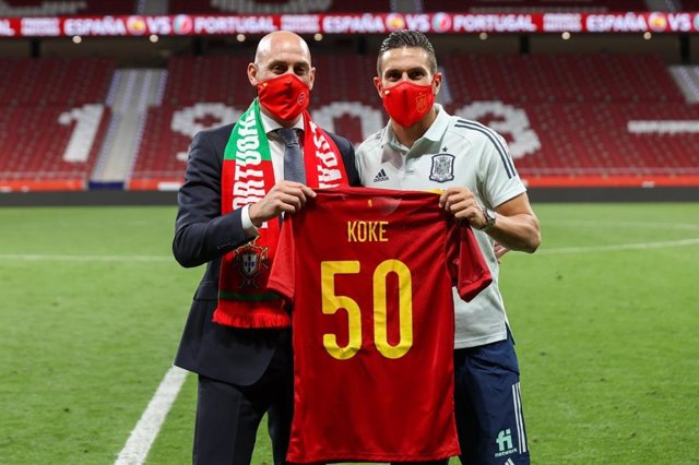 El presidente de la Real Federación Española de Fútbol (RFEF), Luis Rubiales, con Koke, que cumplió 50 partidos con la selección