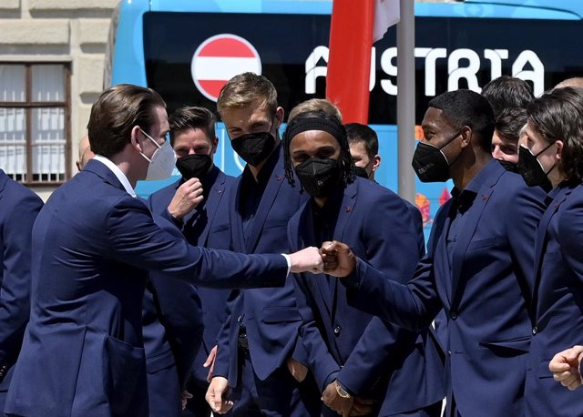 04 June 2021, Austria, Vienna: Austrian Chancellor Sebastian Kurz (L) meets with members of the Austrian national soccer team before playing their first group stage match of the UEFAEuro 2020 against North Macedonia on 13 June 2021. Photo: Herbert Neubau