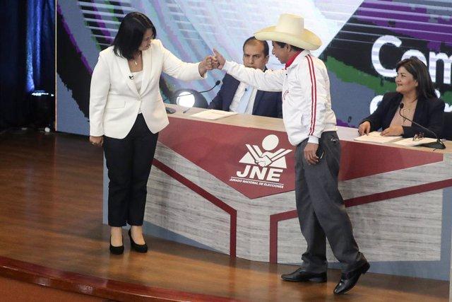Els candidats presidencials Keiko Fujimori, de Força Popular, i Pedro Castillo, de l'el Perú Lliure, en un debat electoral celebrat en Arequipa, en el sud del país.