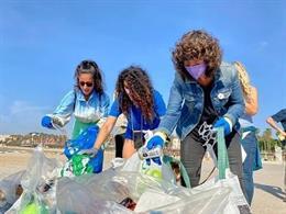 La consellera d'Acció Climàtica de la Generalitat, Teresa Jordà, en una recollida d'escombraries marines a la platja del Somorrostro de Barcelona, en el marc de la 'Ultra Clean Marathon' pel Dia Mundial del Medi ambient
