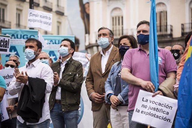 El vicesecretario general y portavoz del Comité Ejecutivo de Ciudadanos (Cs), Edmundo Bal (i), y el consejero de Justicia, Interior y Víctimas en funciones de la Comunidad de Madrid, Enrique López (d), acuden a una concentración de la Asociación Unificada
