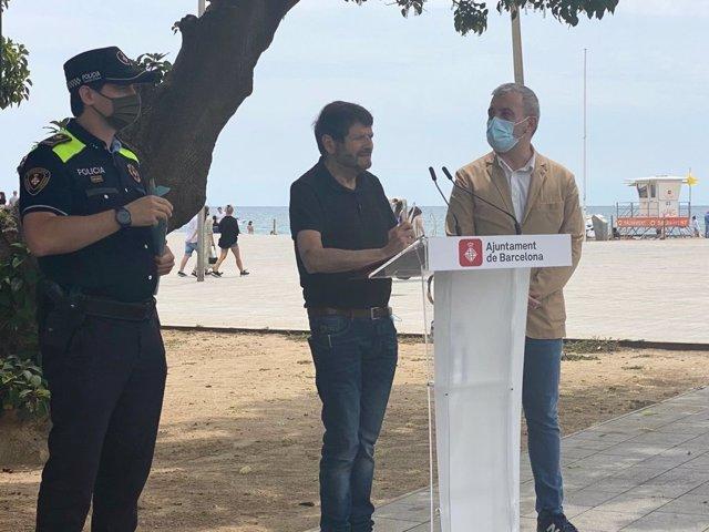 El tinent d'alcalde de seguretat de l'Ajuntament de Barcelona, Albert Batlle, el primer tinent d'alcalde i líder del PSC a la ciutat, Jaume Collboni i el portaveu de la Guàrdia Urbana i inspector Jordi Oliveres en una roda de premsa.
