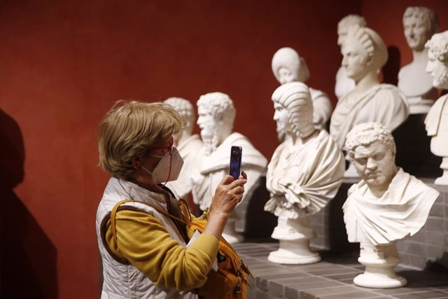 Archivo - 27 April 2021, Italy, Rome: A visitor takes a photo for a sculpture at the Capitoline Museums after its reopening, as the country eased coronavirus disease (Covid-19) restrictions. Photo: Cecilia Fabiano/LaPresse via ZUMA Press/dpa