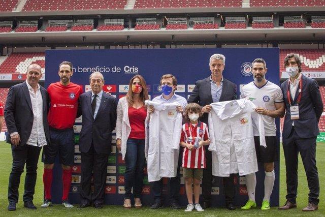 El alcalde de Madrid, Jose Luis Martínez-Almeida, ha realizado hoy el saque de honor junto al pequeño Mateo, superviviente de cáncer infantil, y ha jugado el partido solidario #Play2Help 'Un gol contra el cáncer infantil' que ha organizado la Fundación At