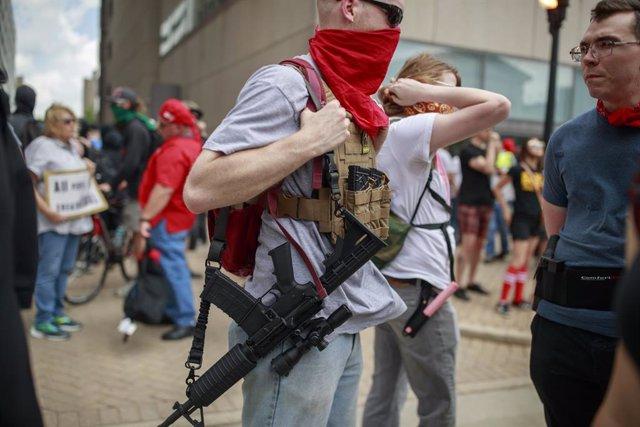 Archivo - Un hobmre con un fusil de asalto AR-15 en Estados Unidos
