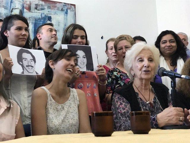 """Archivo -    Este martes la nieta número 126, hija de padres desaparecidos durante la dictadura argentina, ha anunciado que por fin ha conocido la verdadera historia de su familia. Había sido """"recuperada"""" por la organización Abuelas de Plaza de Mayo este"""