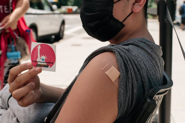 Un jóven de 14 años se vacuna en Nueva York, Estados Unidos, en junio de 2021