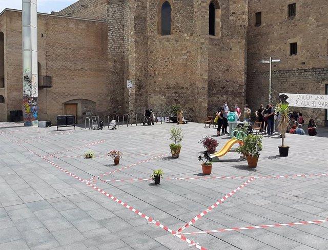 Els veïns del barri del Raval de Barcelona delimiten l'espai que perdrien a la plaça de l'Àngels si s'amplia el Macba
