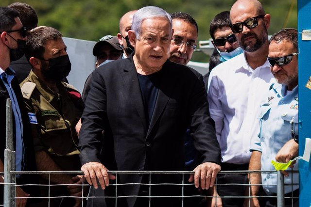Archivo - 30 April 2021, Israel, Mount Meron: Israeli Prime Minister Benjamin Netanyahu visits the Jewish Orthodox pilgrimage site of Mount Meron, where dozens of worshippers were killed in a stampede during the Jewish religious festival of Lag Ba'Omer in