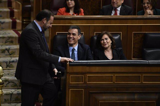 Archivo - El ministro de Fomento, José Luis Ábalos, habla con el presidente y la vicepresidenta del Gobierno, Pedro Sánchez y Carmen Calvo.