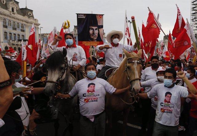 El candidato de Fuerza Perú, Pedro Castillo, (con sombrero) acudiendo a lomos de un caballo a un mitín electoral en Lima