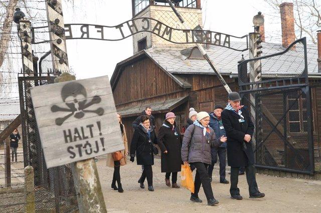 """Archivo - Supervivientes del campo de concentración nazi de Auschwit¡z pasan bajo la inscripción """"Arbeit macht frei"""", """"El trabajo os hará libres"""""""
