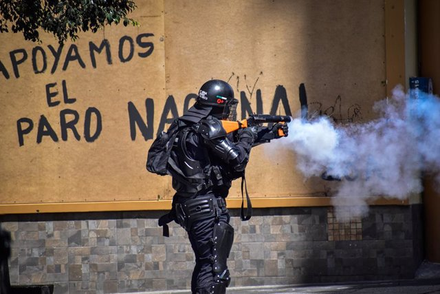 Archivo - 05 May 2021, Colombia, Pasto: A policeman fires tear gas at demonstrators during clashes after a demonstration against police brutality amid an ongoing national strike. Photo: Camilo Erasso/LongVisual via ZUMA Wire/dpa