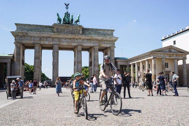 Ciclistas junto a la Puerta de Brandeburgo, en el centro de Berlín