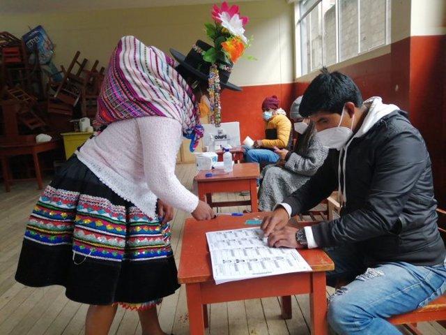 Peruanos ejerciendo su derecho a voto en las elecciones de 6 de junio de 2021