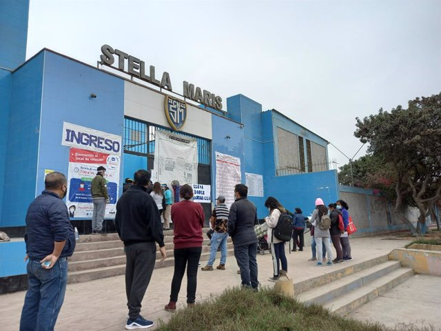 06 June 2021, Peru, Lima: Peruvians line up outside polling station to vote during the presidential run-off election to choose between Marxist Pedro Castillo and right-wing populist Keiko Fujimori. Photo: Naldy Gomez/TheNEWS2 via ZUMA Wire/dpa