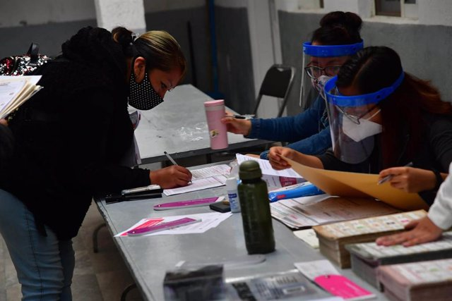 06 June 2021, Mexico, Mexico City: A woman casts her vote for Mexico's general and regional elections inside a polling station. Photo: -/El Universal via ZUMA Wire/dpa