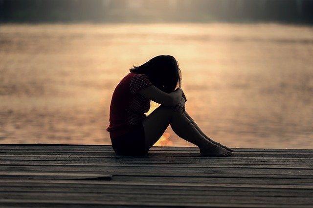 Archivo - Niña triste al lado del mar. Depresión. Llorar.