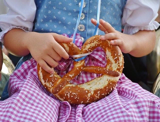Archivo - Niña con un pretzels. Gluten en niños.
