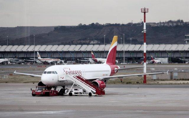 Archivo - Un avión de la compañía Iberia en el Aeropuerto de Madrid-Barajas Adolfo Suárez, en Madrid a 21 de noviembre de 2019.