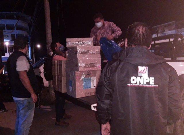 Traslado de material electoral para las elecciones presidenciales en Perú