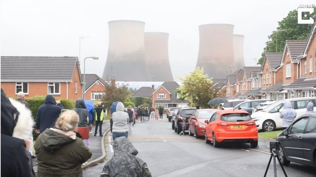 Impresionante demolición de cuatro torres de refrigeración de una antigua central eléctrica en Rugeley, Reino Unido