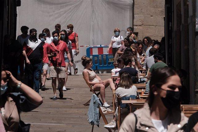 Varias personas en la terraza de un bar, en la Rúa da Raiña, a 6 de junio de 2021, en Santiago de Compostela.