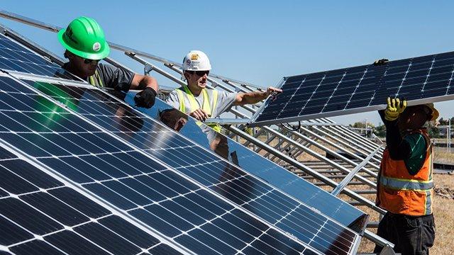 Archivo - Instalación de paneles solares