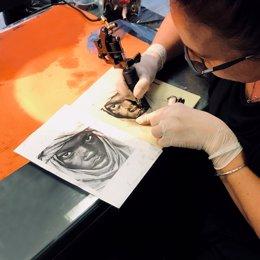 Prácticas de tatuaje realista sobre piel sintética