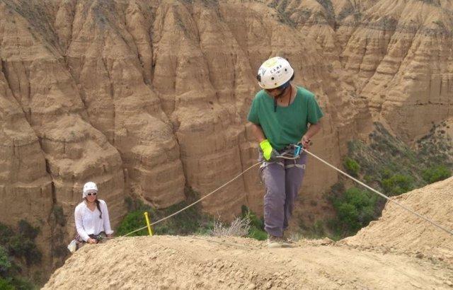 Charlotte Prud'homme (a la izquierda) está haciendo rápel para recolectar muestras de suelo. La secuencia sedimentaria de 80 metros de espesor en Charyn Canyon, Kazajstán, documenta el cambio climático en los últimos 5 millones de años.