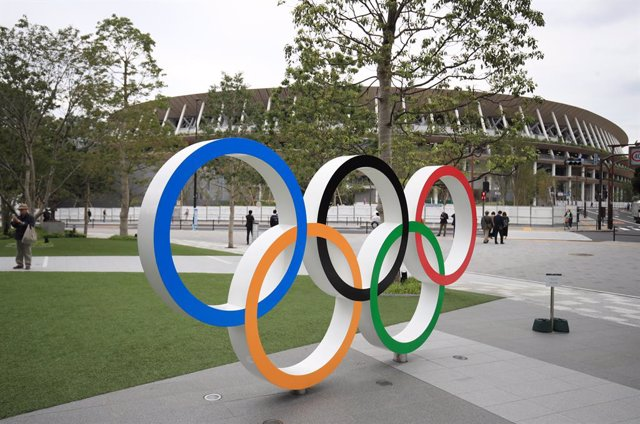 Archivo - FILED - 31 December 2020, Japan, Tokyo: A figure of the Olympic rings are seen in front of the Tokyo Olympic stadium. Photo: Adam Davy/PA Wire/dpa