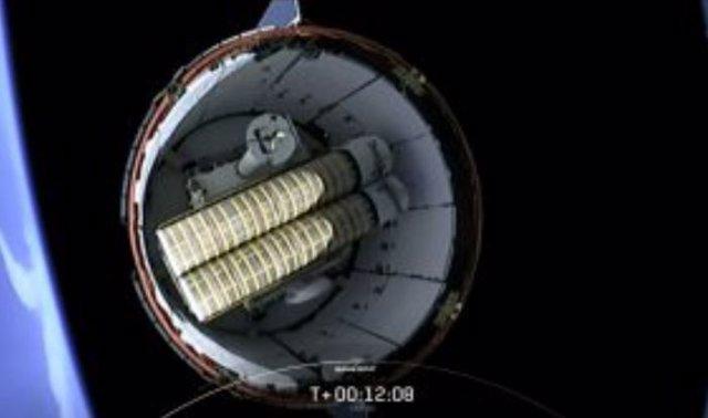 La segunda etapa del cohete Falcon 9 se separa mientras Dragon continúa su viaje a la Estación Espacial en la 22ª misión de servicios de reabastecimiento comercial. En esta vista se encuentran los dos primeros de los seis nuevos paneles solares.