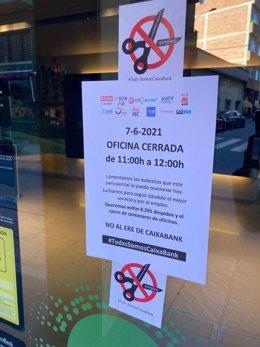 Foto de una oficina de CaixaBank cerrada de 11h a 12h el 7 de junio por el paro convocado para rechazar el ERE. Foto de @CCOOCaixaBank