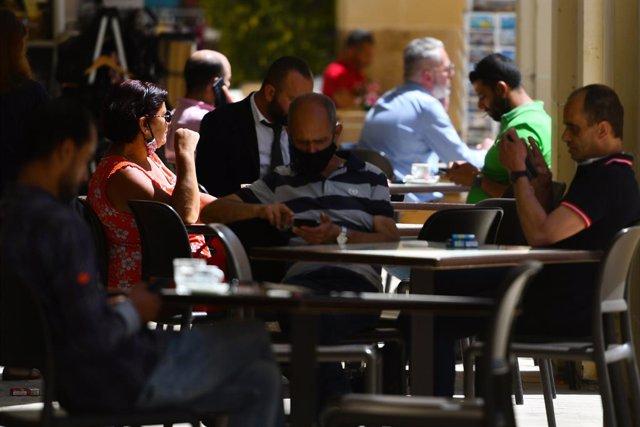 Terrada de una cafetería en La Valeta, Malta